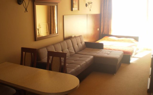 Отель Private Studios in an Aparthotel Поморие комната для гостей