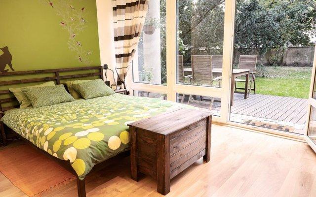 Отель Lovely Garden Flat near Royal Park Польша, Варшава - отзывы, цены и фото номеров - забронировать отель Lovely Garden Flat near Royal Park онлайн комната для гостей