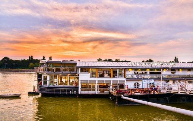 Апартаменты Vogue Boat Apartments Будапешт приотельная территория