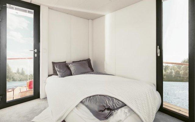 Отель VIPliving Houseboat Прага комната для гостей