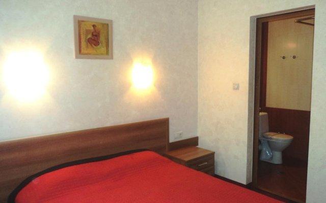 Hotel 007 комната для гостей