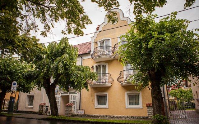 Отель Villa Mediterran Венгрия, Хевиз - 1 отзыв об отеле, цены и фото номеров - забронировать отель Villa Mediterran онлайн вид на фасад