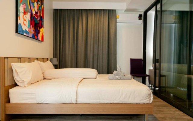 Отель The Deck Condo Patong комната для гостей