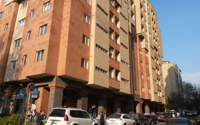 Апартаменты Apartments on Ekmalyan Street вид на фасад