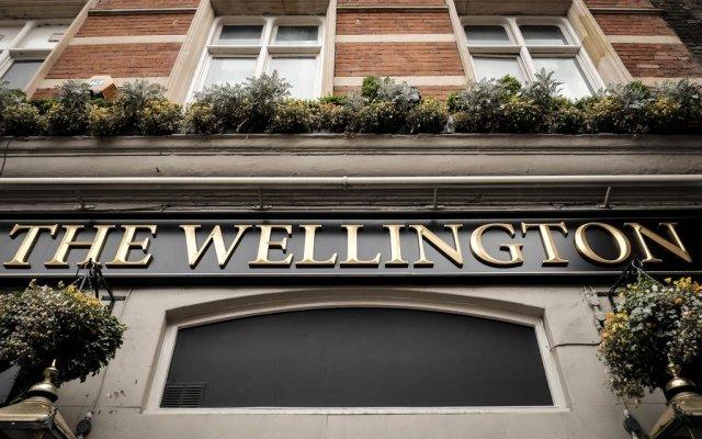Отель The Wellington Hotel Великобритания, Лондон - 6 отзывов об отеле, цены и фото номеров - забронировать отель The Wellington Hotel онлайн вид на фасад