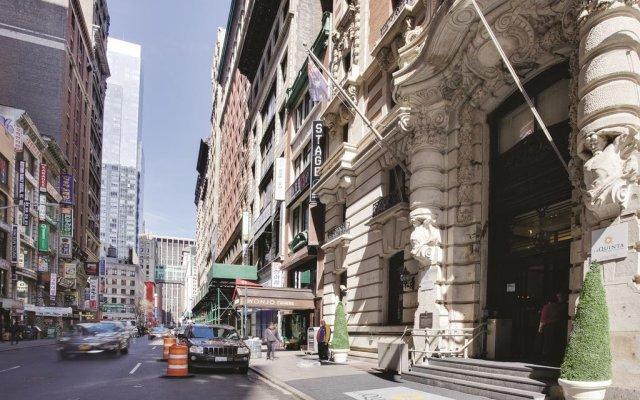 The Hotel @ Fifth Avenue вид на фасад