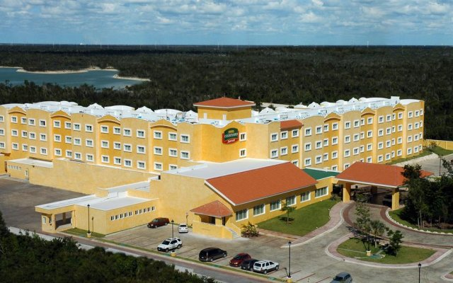 Отель Courtyard By Marriott Cancun Airport вид на фасад