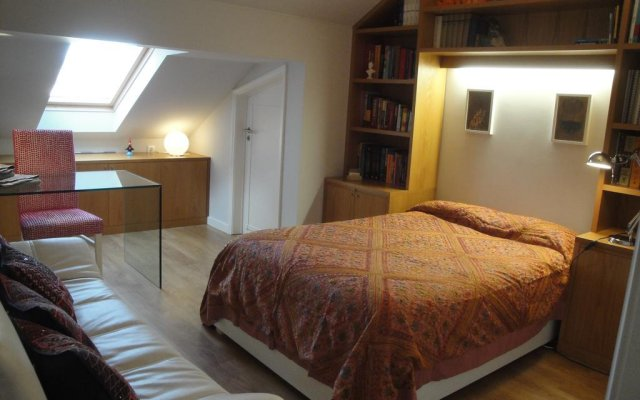 Отель Charming Penthouse with Private Terrace Лиссабон комната для гостей
