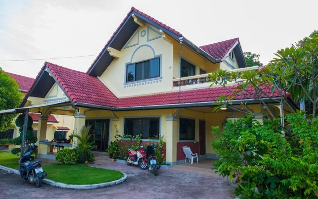 Отель Yellow Villa With Pool in Rawai вид на фасад