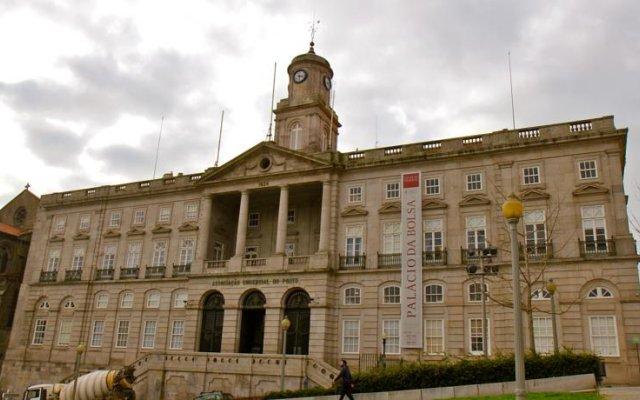 Апартаменты Low Cost Tourist Apartments - Palácio da Bolsa вид на фасад