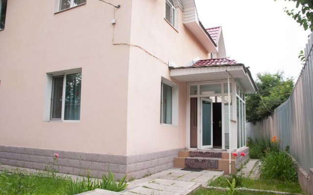 Almaty Backpackers Hostel вид на фасад