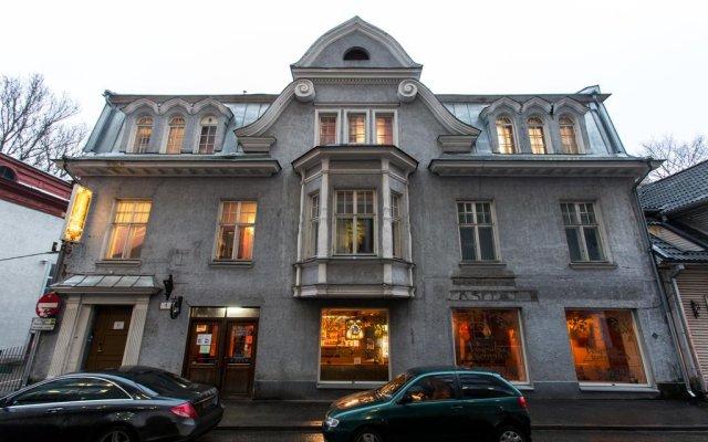 The Monk's Bunk Party Hostel вид на фасад