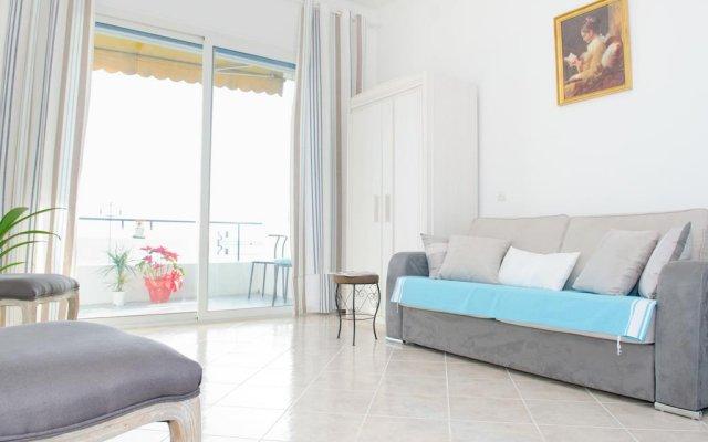 Апартаменты Cariatides Studio Promenade Holiday комната для гостей