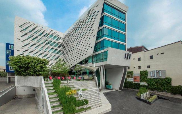 LIT Bangkok Hotel Бангкок вид на фасад