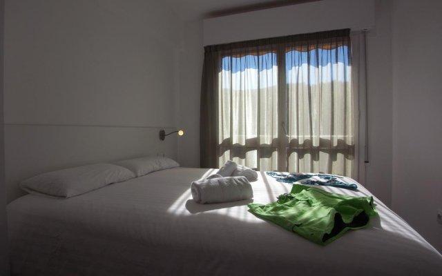 Отель Happy People Maragall Барселона комната для гостей