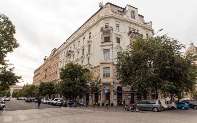 Отель The Liberty Square Rooftop вид на фасад