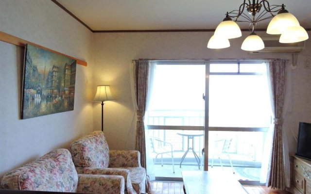 Апартаменты Umi No Mieru Apartment Центр Окинавы комната для гостей