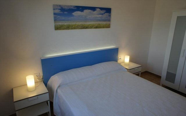 Отель Apartamentos Blue Beach Menorca 2 Испания, Кала-эн-Бланес - отзывы, цены и фото номеров - забронировать отель Apartamentos Blue Beach Menorca 2 онлайн комната для гостей
