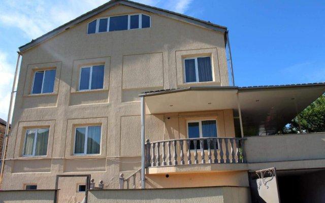 Отель Family & Friends Guest house вид на фасад