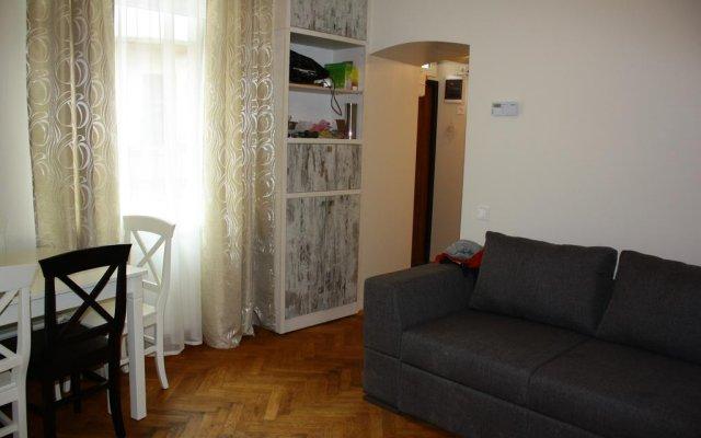 Hostel 12 chairs комната для гостей