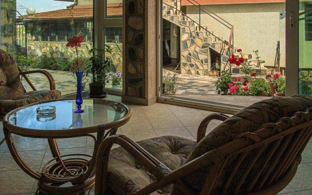 """Отель Guest House """"Momchil"""" вид на фасад"""