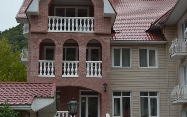 Гостиница Uyutnaya Villa Hostel в Красной Поляне отзывы, цены и фото номеров - забронировать гостиницу Uyutnaya Villa Hostel онлайн Красная Поляна вид на фасад