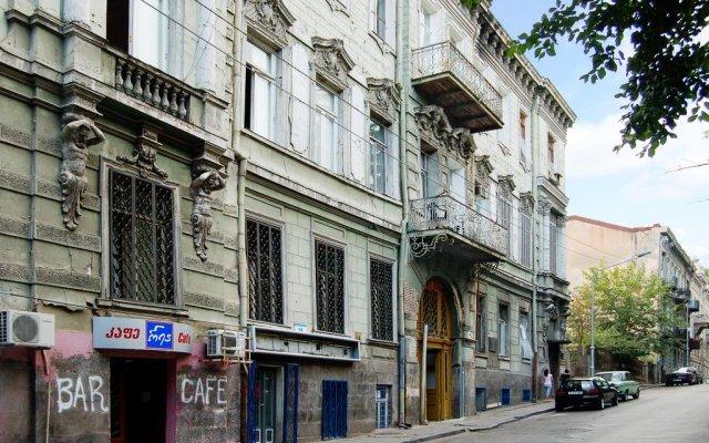 Апартаменты Smoking Dog's Apartment вид на фасад