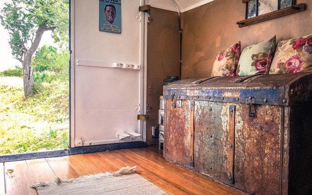 Отель Cob camp Ихтиман комната для гостей