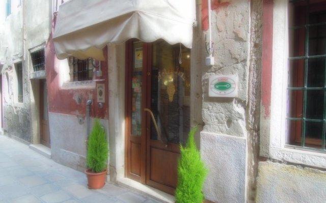 Отель Iris Venice Италия, Венеция - 3 отзыва об отеле, цены и фото номеров - забронировать отель Iris Venice онлайн вид на фасад