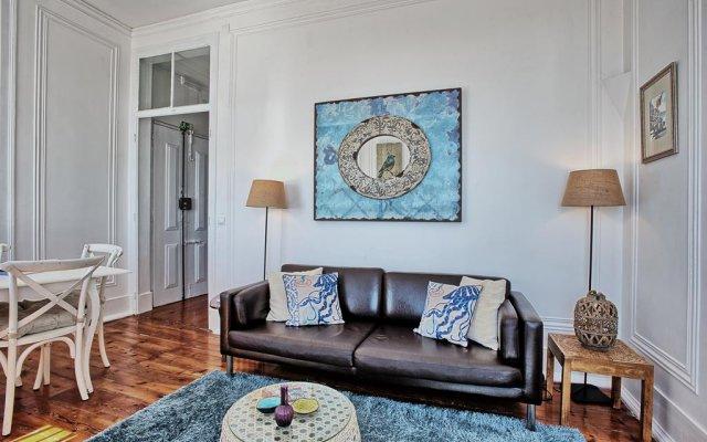 Апартаменты Localtraveling ALFAMA River View - Family Apartments комната для гостей
