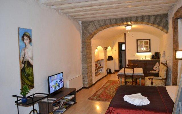 Отель Medieval Studio Apartment Эстония, Таллин - отзывы, цены и фото номеров - забронировать отель Medieval Studio Apartment онлайн комната для гостей