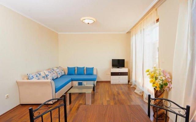 Апартаменты Rose Gardens Apartments Поморие комната для гостей