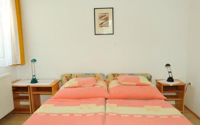 Отель Betti Apartman Хевиз комната для гостей