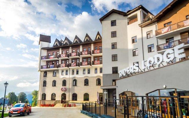 Райдерс Лодж (Riders Lodge Hotel) вид на фасад