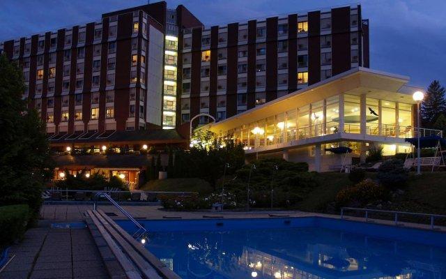 Отель Ensana Thermal Aqua Венгрия, Хевиз - 9 отзывов об отеле, цены и фото номеров - забронировать отель Ensana Thermal Aqua онлайн вид на фасад