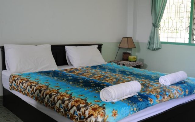 Отель Karon Thira Guesthouse комната для гостей