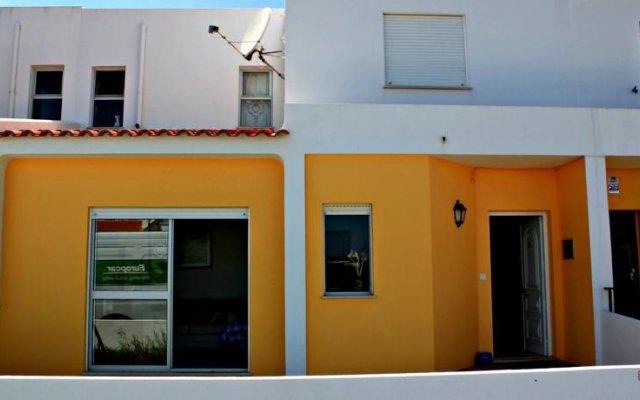 Отель Supertubos вид на фасад