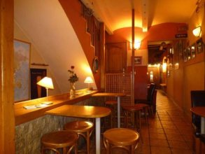 Academus Cafe Pub & Guest House