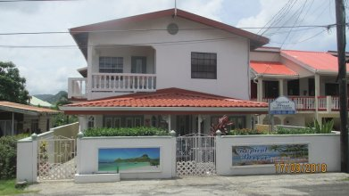 Tropical Breeze Guest Vacation Home and Apartments