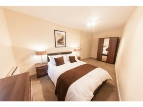Bright, Classy 2BR Riverside Flat for 4