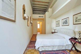 Comfortable Halldis apartment in Via del Corso, street for shopping