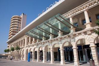 Luxury Apt w/ Side Seaviews and Pool, Top Location