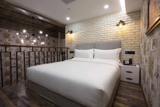 Re Young Loft Hotel