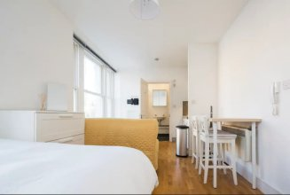 Bright Ensuite Studio Apartment in West Kensington