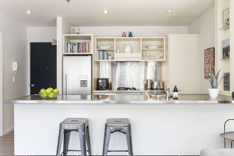 Bright and Spacious Viaduct Living with free carpark by Urban Butler