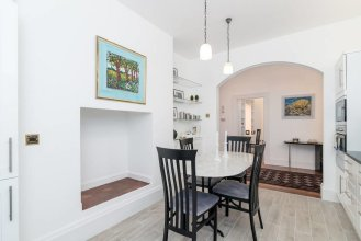 Lovely 1BR Home Near Holland Park, 4 Guests