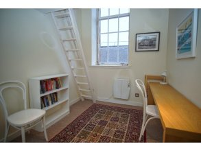 Bright, Spacious Old Town Flat for 6