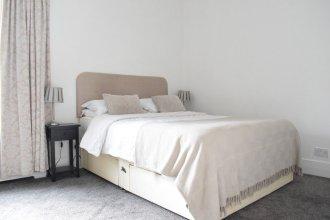 Large 2 Bedroom Garden Flat in Battersea