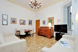 Spacious and quiet 150 sqm apartment steps away from Teatro dell'Opera