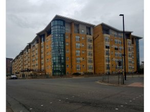 Clean, Bright 2BR Manchester Flat for 4